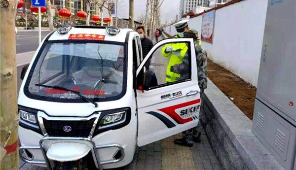 岱岳区交警集中整治超标电动车违规上路