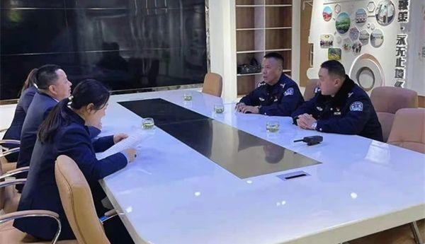 """泰安交警每周三开展""""一盔一带""""安全守护劝导活动"""